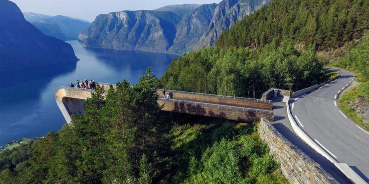 I Norge finns 18 så kallade nationella turistvägar, utvalda landsvägar där naturattraktioner längs vägen smyckas med ny konst, design och arkitektur.