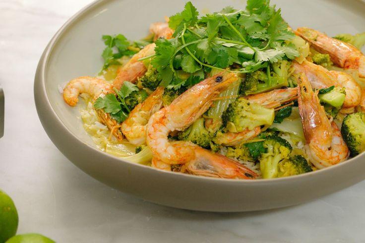 Jeroen maakt een oosterse curry met broccoli, paksoi en gamba's. De groenten worden kort en krachtig gebakken in de wok zodat ze nog een klein beetje knapperig zijn. Een tikkeltje feestelijk, maar heel snel klaar.