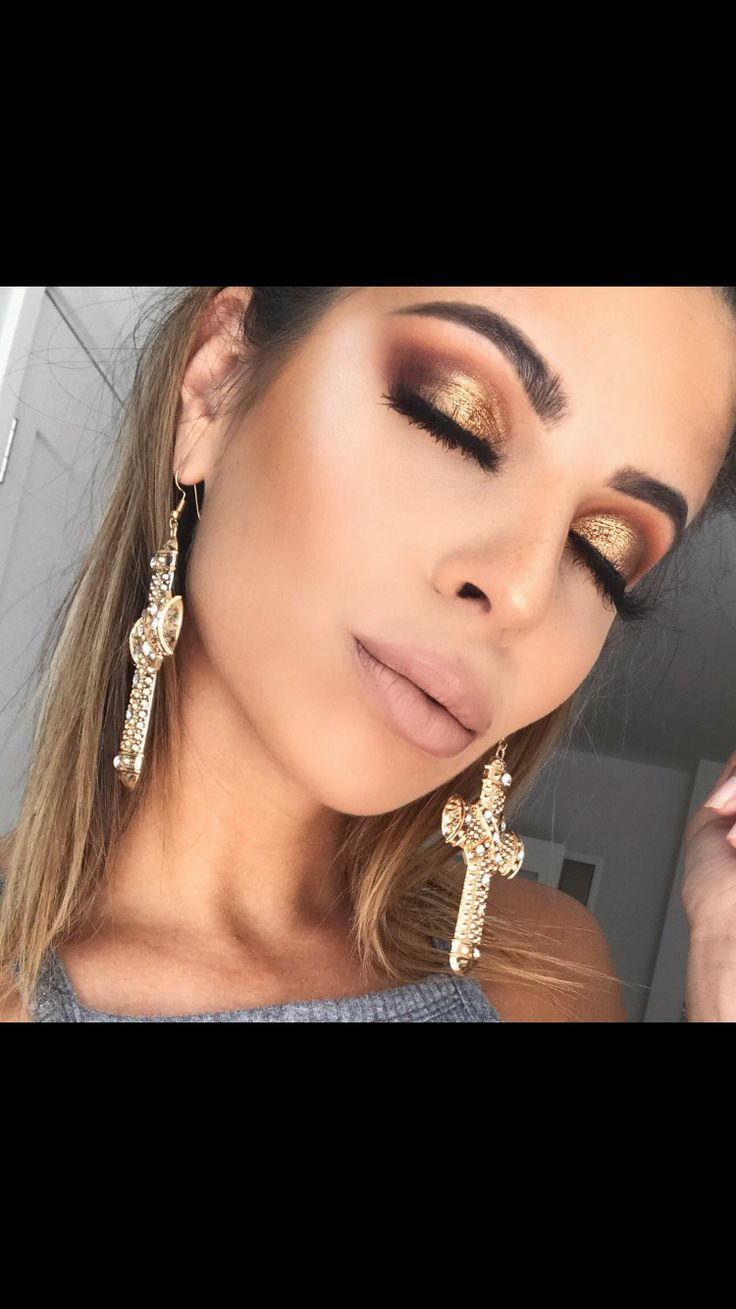 Laura Lee-using the Jaclyn Hill x Morphe palette. ❤️