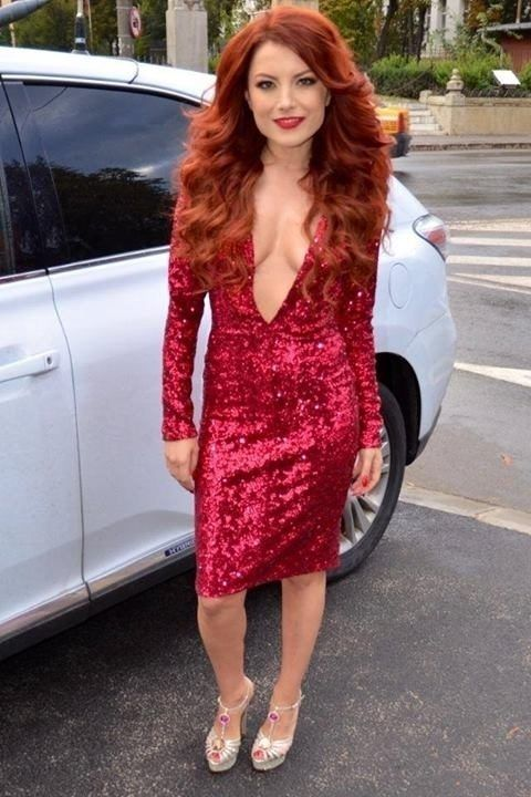 Elena Gheorghe intr-o rochie sexy cu paiete burgundy.