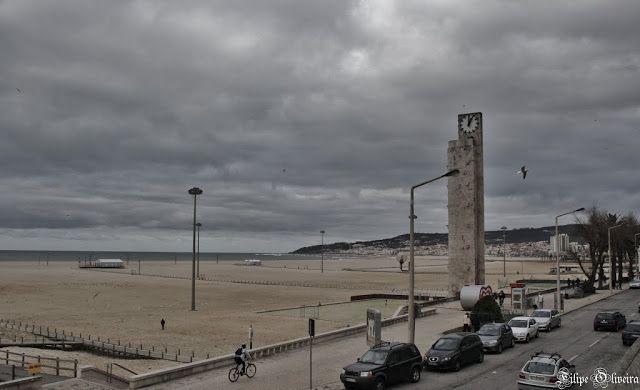 A Praia do Relógio é uma das praias centrais da Figueira da Foz. É conhecida por ter instalados campos para a prática de desportos coletivos.o mar de ondulação forte costuma ser palco de competições de surf, vela e motonáutica.Durante a primeira metade do séc. XX, a Figueira da Foz era uma das principais estâncias balneares de Portugal, frequentada pelas famílias abastadas da região norte. Hoje em dia, continua a ser uma cidade agitada e cosmopolita, apesar de ter perdido parte desse fulgor.