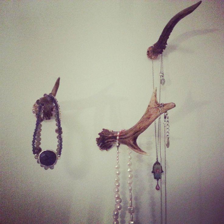 Sieraden hangers gemaakt van gewei.