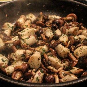 Wir hatten dieses Wochenende Lust auf Pilze <3 Raus kam dabei ein Pilzpfännchen mit leckeren Rosmarinkartoffeln Zutaten: 100gr Champignons, mini 100gr Kräuterseitlinge, mini 100gr Shiitake, mini 1 große rote Zwiebel 1 Päckchen Sojasahne 1 EL TK Kräutermischung Gewürze (Salz, Pfeffer, Paprika, Muskat) pro Person 3 mittelgroße Kartoffeln (festkochend) ein paar Zweige Rosmarin Meersalz frischer Pfeffer …Read more...