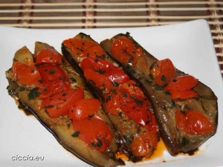 Le melanzane spaccate sono una ricetta semplice,fresca e leggera adatta alla stagione estiva.Un piatto che esalta i sapori della dieta mediterranea e preparata con ingredienti semplici...