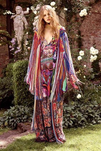 """""""Una diosa del rock y una viajera de verano"""", dijo Peter Dundas, director creativo de la firma, refiriéndose a la inspiración detrás de la colección. Con el sello setentero y folk inconfundible de Cavalli, las siluetas son sueltas en forma de kaftanes y vestidos bohemios y hippies de encaje con incrustaciones de cristales."""