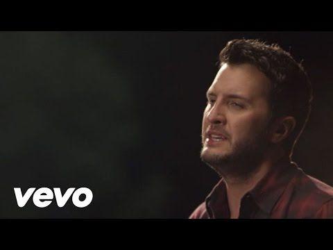 Qui trovi il video musicale del nuovo singolo di Luke Bryan - Strip It Down. La clip è stata pubblicata l'8 ottobre e mostra una coppia gay in versione romantica.