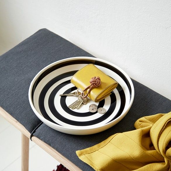 The inside of the decorative Omaggio dish showcases coarse, black brushstrokes through the transparent glaze. The wide black stripes are neatly painted in soft circles from the centre of the dish.