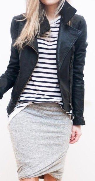 Tenue: Veste motard en cuir , T-shirt à col rond à rayures horizontales blanc et noir, Jupe crayon