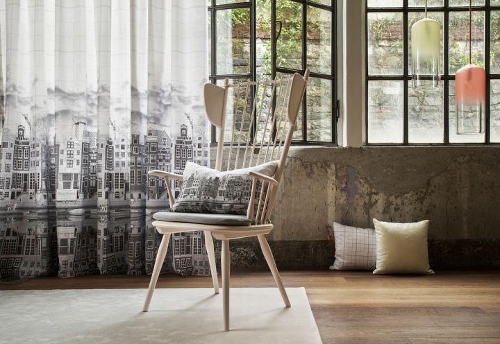 Elite è la nuova collezione tessile del 2014 di Christian Fischbacher. In primo piano il tessuto Nederlands che rappresenta la città di Amsterdam. Il disegno è stato realizzato a mano a matita e stampato su percalle di cotone con stampa a getto di'inchiostro. E' disponibile in una variante grigia e una azzurra
