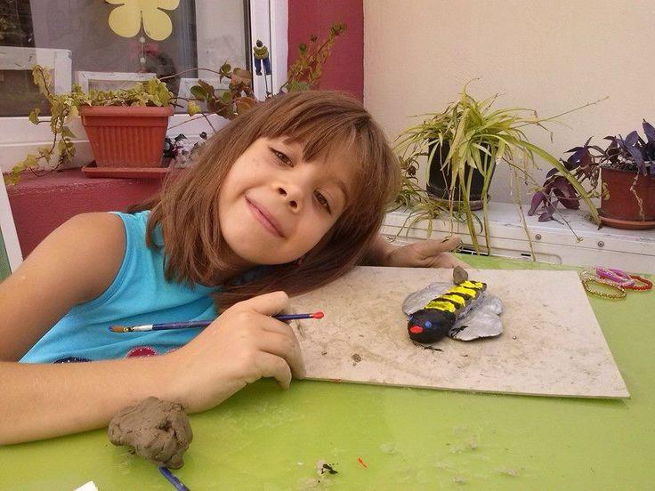"www.atelierelecopilariei.ro - Imagini Ateliere August 2014 - Modelaj si pictura pe lut ""Albinuta"""