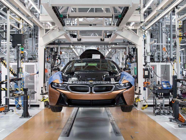 BMW i8 Roadster in Produktion: BMW hat im Werk Leipzig mit der Serienproduktion des i8 Roadster begonnen. Er ist mit einem elektrischen Softtop ausgestattet und kommt im Mai 2018 parallel zur weiterentwickelten Ausführung des Coupés auf den Markt.