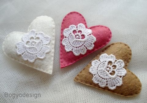 Felt hearts are easy to make yourself if your feeling crafty, and make ideal and inexpensive wedding favours.