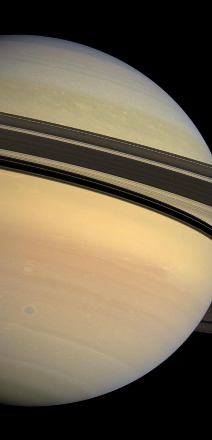 Los anillos de Saturno, una sombra dramática que separa los azules de el hemisferio sur y los verdes del hemisferio norte del planeta. Crédito de la imagen: NASA/JPL/Space Science Institute