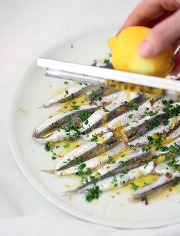 Gemarineerde verse ansjovis met citroen en peterselie.