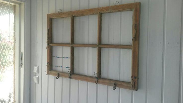 Mormors gamla fönster blev klädhängare t hallen.