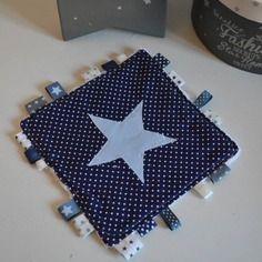 Dispo de suite - doudou étiquettes étoiles bleu ciel bleu marine blanc