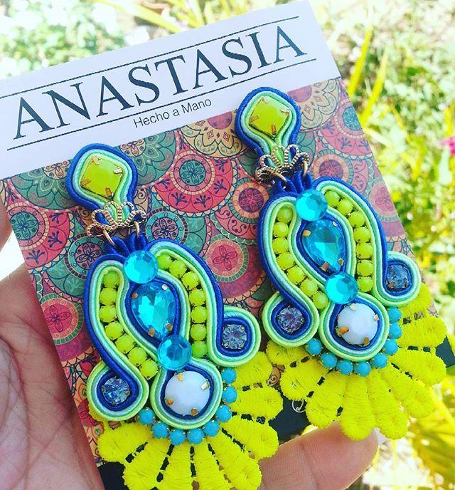 Colores vibrantes qué te hacen ser protagonista #moda #accesorios #collar #maxicollar #necklace #hechoenvenezuela #handmade #talentovenezolano #designersvenezuela #chic #trendy #outfit #musthave #fashion #closetvzlano #designersvenezuela #soutache #aretes