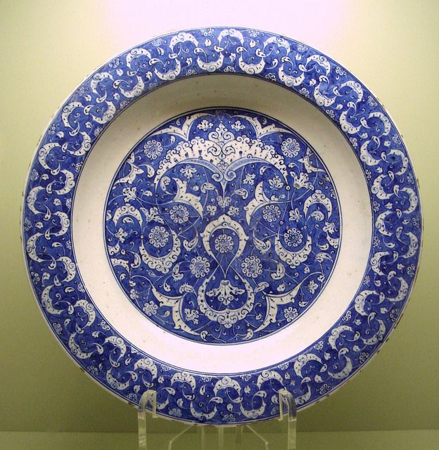Dish, 1500-1510, Iznik, Turkey. Workshop run by a 'Master of the Knots'. Istanbul Archeological Museum.