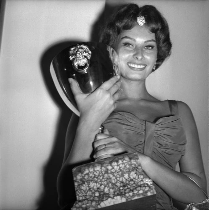 Sophia Loren con la Coppa Volpi a Venezia (Archivio Rcs/Gianfranco Moroldo)