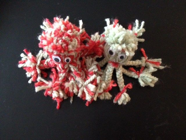 Les différentes étapes en photos, pour réaliser une pieuvre en laine.