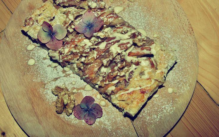 Podzimní koláč s mascarpone, jablky a ořechy.