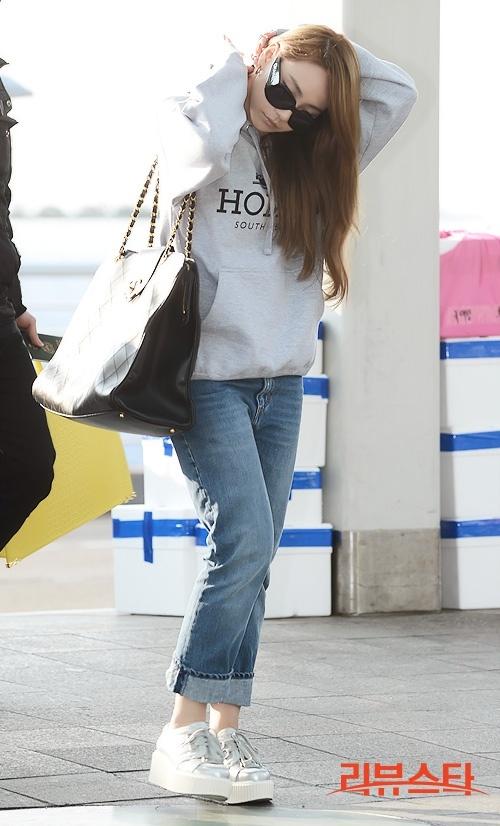 hoodie, boyfriend jeans, sneakers, sunnies