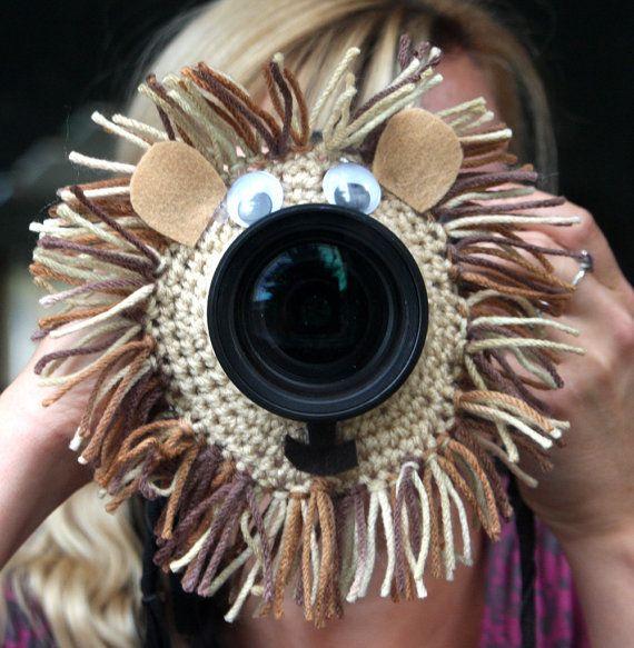 Camera lens buddy. Crochet lens critter lion. by Swifferkins, $13.99 Wat een leuk hulpje om de aandacht te trekken tijdens het fotograferen van de kinderen.