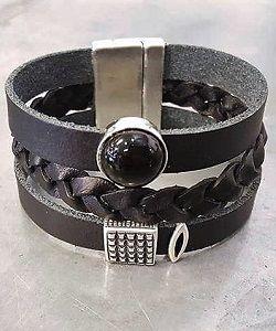 Brede leren armband in mooi zwarte kleuren, met verschillende schuivers. Leren armbanden zowel voor mannen als vrouwen in overvloed bij Ekster Jewels in de sieraden webshop.