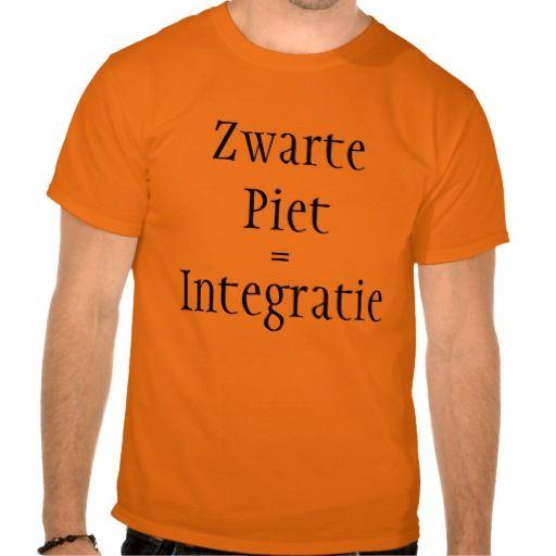 T-shirt met Zwarte Piet is Integratie en Cultuur (tekst is aanpasbaar naar eigen voorkeur). Beschikbaar voor mannen, vrouwen en kinderen. Zo ook met lange en korte mouwen als in hemden en sweaters.