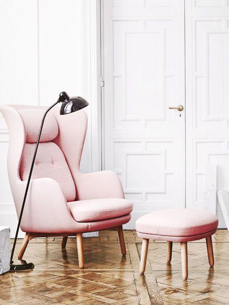 Ein echtes Highlight im Wohnzimmer: Sessel und Hocker in Pastellrosa!