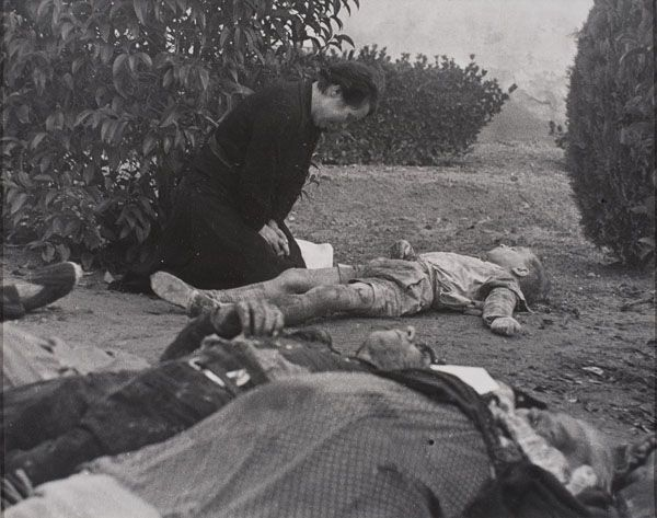 Madre llora a su hijo muerto tras el bombardeo de Lleida (Lérida, Cataluña) el 2 de noviembre de 1937, fotografía realizada por el fotógrafo Agustí Centelles el 3 de noviembre (Valencia, 1909 - Barcelona, 1985)