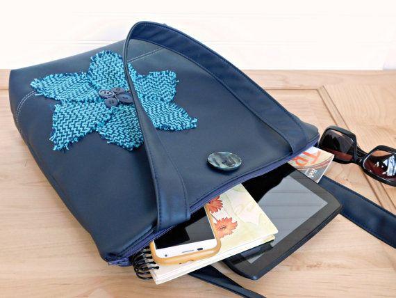 Marina azul el color de cada temporada. Usted nunca puede ir mal con el azul - usar uno hecho a mano de tipo bolso bolso con un vestido bonito en su camino al trabajo, o con un cómodo par de pantalones vaqueros el fin de semana. el bolso de tamaño perfecto para las necesidades diarias y muy bonito. Esta es la bolsa que ha estado buscando, con el cierre de cremallera y 3 dentro de los bolsillos, este sirve como su mano y su bolso. Mezcle sus llaves, teléfono y gafas de sol dentro de los…