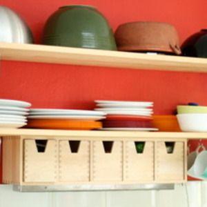 私のパートナーのママのキッチンをご紹介します。 作家業をしているだけあって、ちょっとARTな感じです。 イギリスのキッチンといえば、日本に紹介されるのって、 カントリー風キッチンが多かったから、 こんなポップなインテリアにはっ!としました。 真っ赤に塗られた壁紙。 ここまで思いっきり赤いと気持ちいいですね〜☆ ミキシングボールの色は、赤に映える、茶色や緑で統一・・・