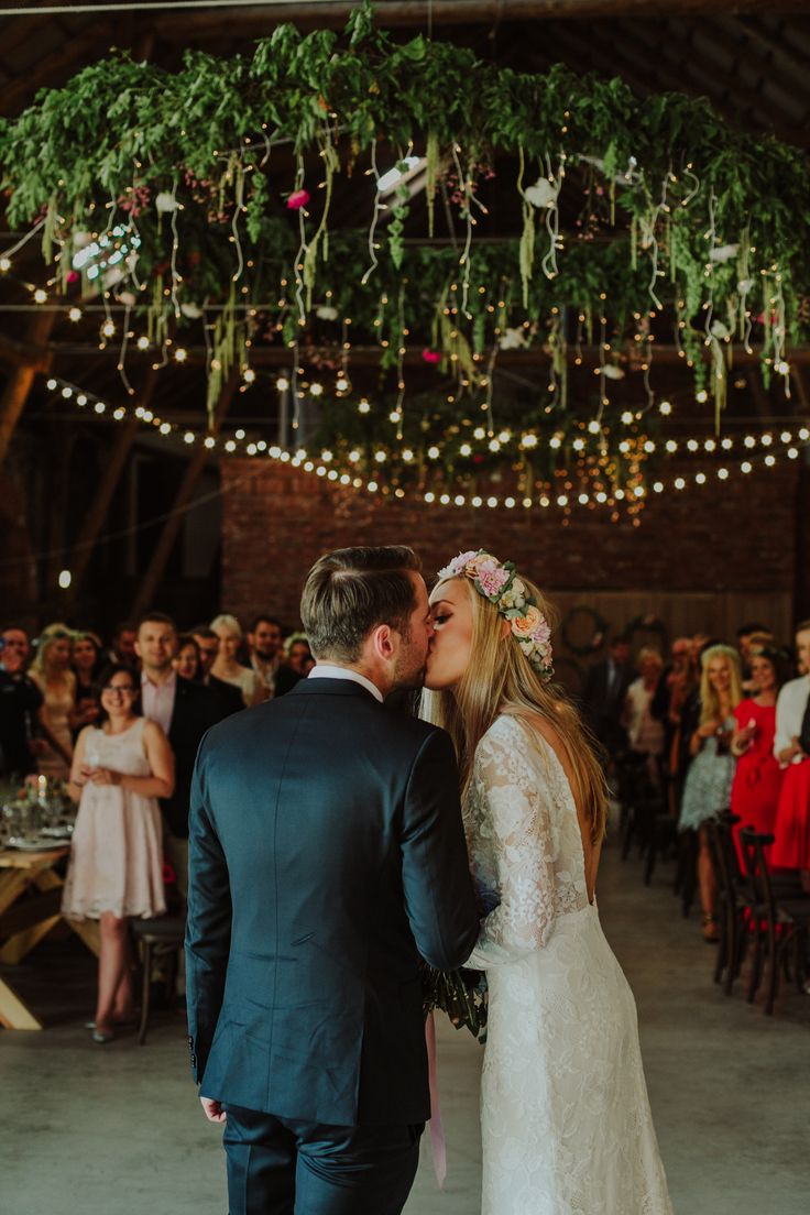 rustic wedding / flowers on the ceiling / a large wreath / fot. Ola Gruszka Fotografia