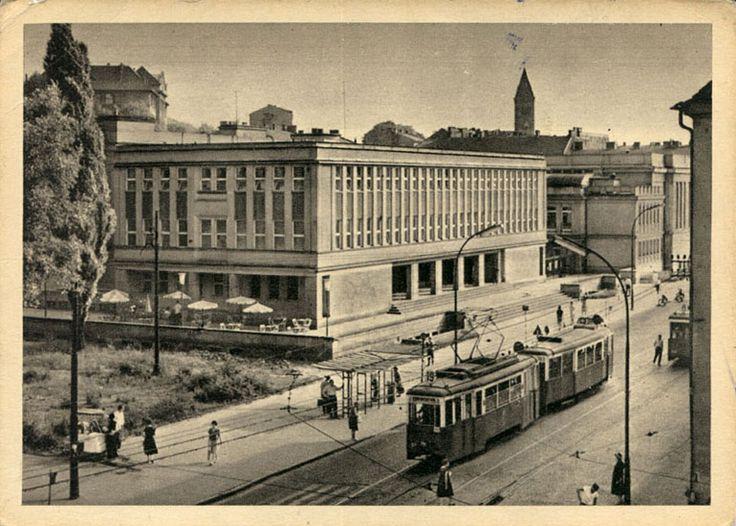 Budynek KS Korona, widoczny tramwaj i saturator, w tle wież kościoła Redemptorystów, lata 1960. Galeria: Dawne widokówki.