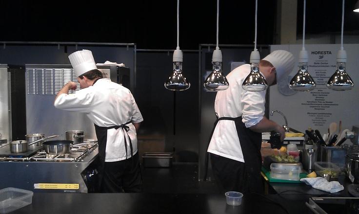 Kristoffer Ringsing (t.v.) og Klaus Ladeby forbereder forretten til aflevering præcis kl. 13.05.