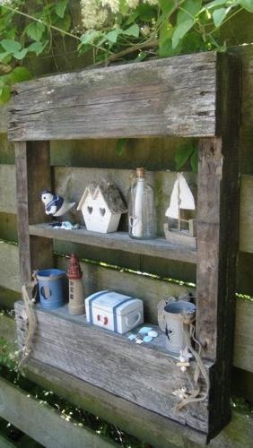 Kastjes van oude Pallets als decoratie van schutting/ muur.