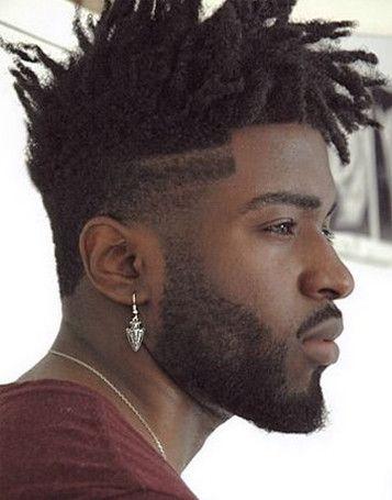 De afro fade is een kapsel waarbij de zijkanten zijn opgeschoren en de bovenkant verticaal omhoog is gestyled. Je kunt het kapsel met verschillende lengtes dragen. Het kapsel is geïnspireerd op de normale fade haircut, alleen is de afro fade haircut speciaal ontwikkeld voor black hair. Lees nu meer -->