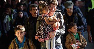 Familiennachzug in Flüchtlingskrise: 31-köpfige Familie hofft auf Asyl in Deutschland | Die Zahl der Zuwanderer in der aktuellen Flüchtlingskrise ist zum Herbst dieses Jahres verglichen mit den Vormonaten wieder gestiegen. Alarmierend hoch ist dabei auch die Zahl der unbegleiteten... Mehr» | Epoch Times - Online Nachrichten aktuell -