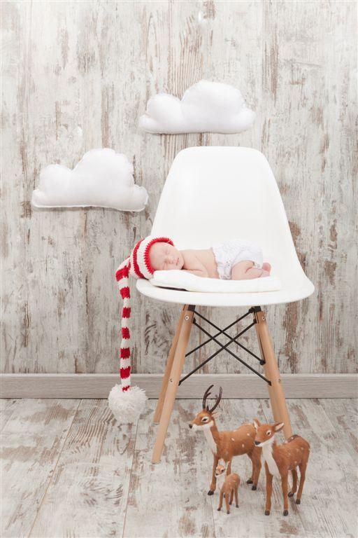 Para que las fotos tengan este toque navideño solamente tienes que incluir algunos accesorios, como por ejemplo los gorros de punto. En El Recien Nacido ofrecemos varios gorritos de punto en colores rojos, blancos y verdes con los que tu bebé parecerá Papá Noel o un duende de Navidad. Los ciervos de Bel & Soph nos parecen ideales y parecen recién salidos de un cuento navideño.