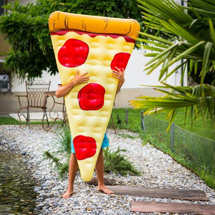 Pool hanging en je bikini body showen doe je natuurlijk op een opblaasbaar pizza luchtbed.