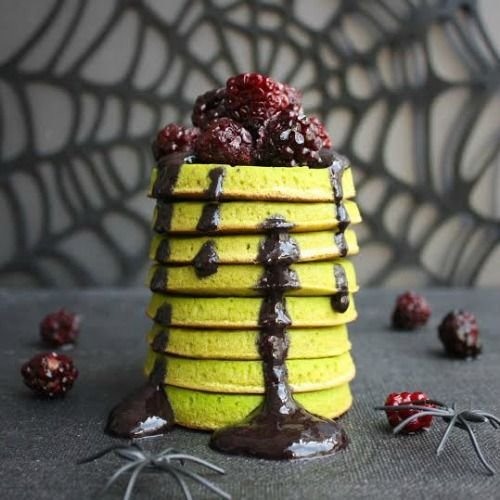 Matcha Vegan Pancakes served with Blackberry Spirulina Sauce for the spookalicous Halloween!