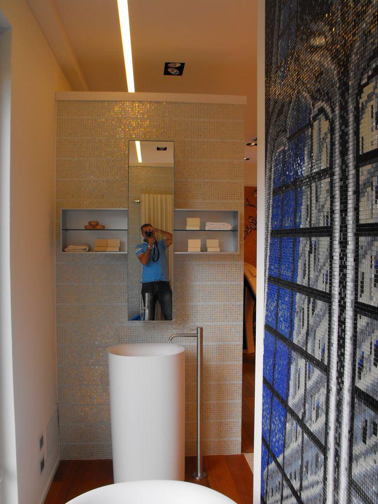 specchio contenitore + o - ,lavabo centro stanza cristalplant ,pannello mosaico, fotografo incluso!! www.stanzedautore.it
