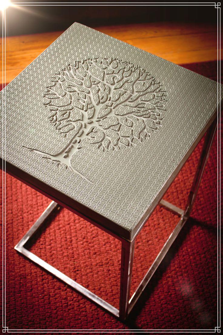 table en béton imprimé. Coloration turquoise, pieds en acier design.
