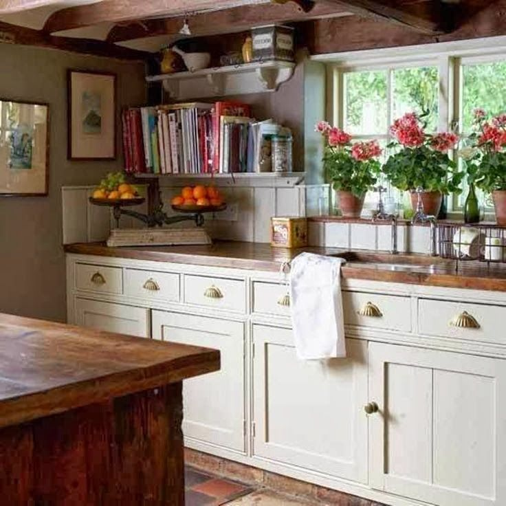 Cottage decor: Kitchen | via The Little White House