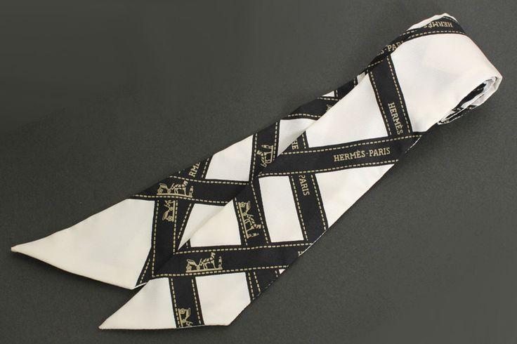 【 #HERMES #エルメス ツイリー シルクスカーフ ボルデュック リボン柄 ブラック/ホワイト】首に巻いたり、バッグの持ち手に巻いたりと使い方は色々。バリエーションを楽しんで下さい。定番のリボン柄、ボルデュックです。画像をクリックして頂きますと、詳細ページをご覧頂けます。 #セブンマルイ質店 TEL06-6314-1005
