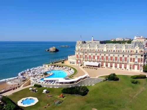 Hôtel du Palais - Ancien palais construit par l'impératrice Eugénie sur la plage de Biarritz, l'Hôtel du Palais est un luxueux établissement 5 étoiles doté de 2 grandes piscines ainsi que d'un centre de spa et salle de sport avec hammam, bain à remous et massages. Adresse Hôtel du Palais: 1, Avenue de l'Impératrice 64200 Biarritz