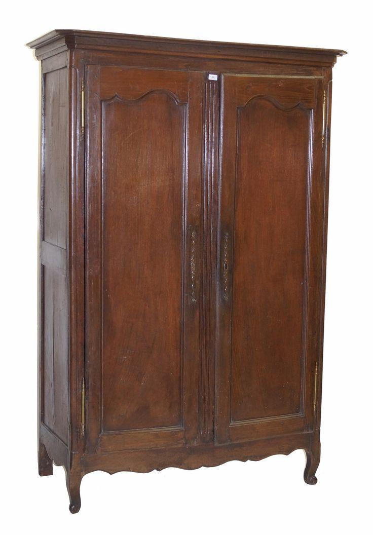 Een eikenhouten 2-deurs kast met rechte kap, deuren met gecontourneerde panelen, rustend op gebogen poten, Frankrijk 18e eeuw