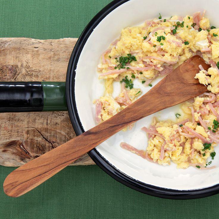 Hier sind der Koch-Fantasie keine Grenzen gesetzt: Das Rührei schmeckt auch mit Frühlingszwiebeln (statt Schnittlauch) oder mit Speck (statt Schinken)...