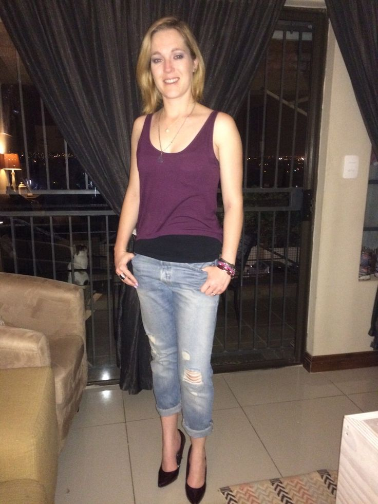 Boyfriend jeans. Pointy heels and tank top